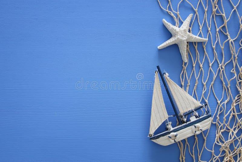 La vista superior del concepto náutico con estilo de la vida marina se opone en la tabla de madera foto de archivo