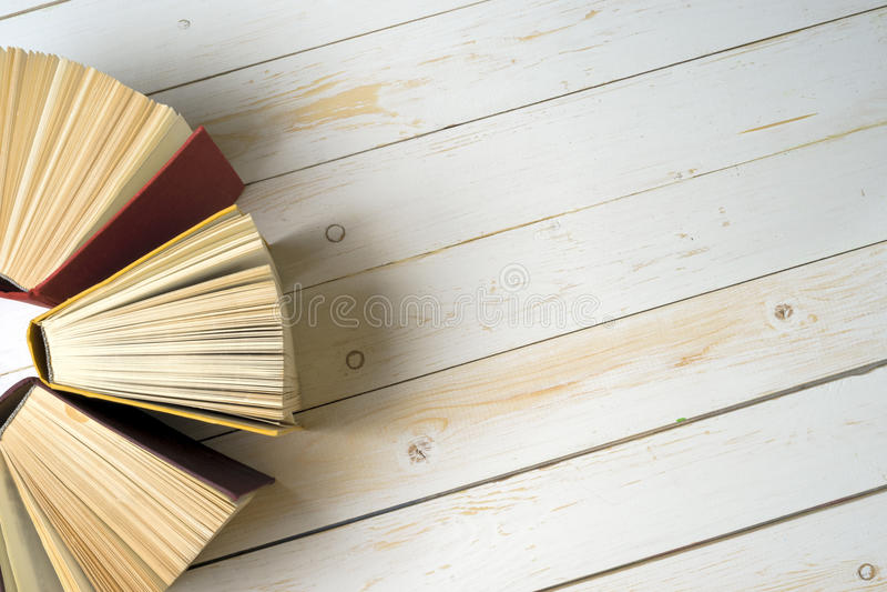 La vista superior del libro encuadernado colorido brillante reserva en un círculo fotografía de archivo