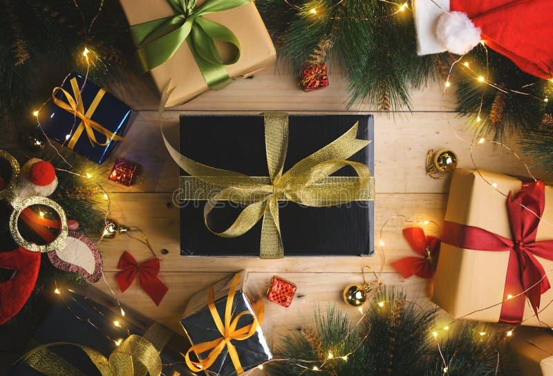 La vista superior del oro negro presente entre el ornamento de la Navidad encendido corteja imagenes de archivo