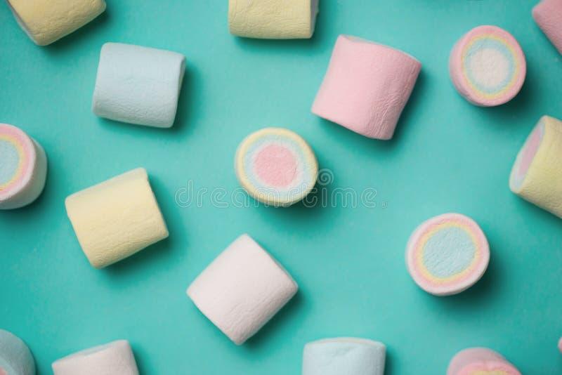 La vista superior del pastel coloreó la melcocha en un fondo azul minuto fotos de archivo