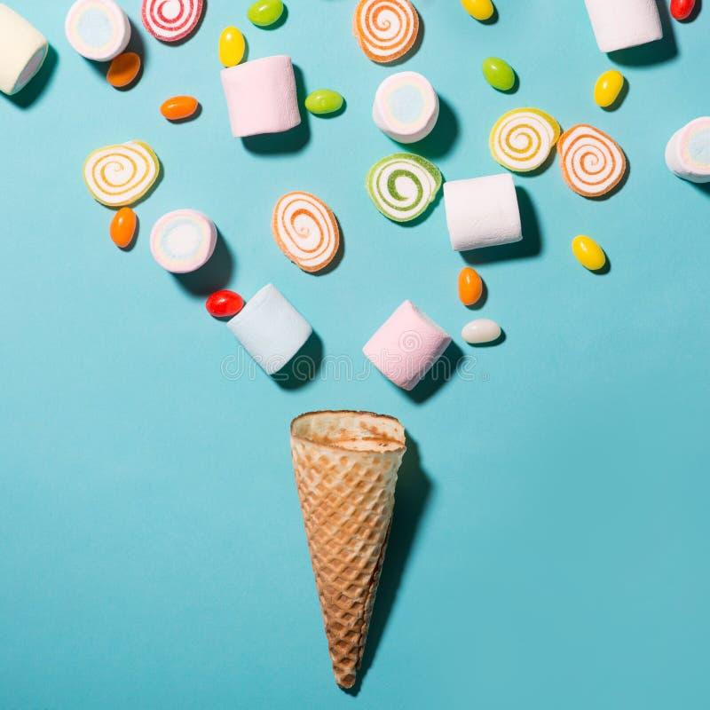 La vista superior del pastel coloreó la melcocha y el caramelo dulce en un waff imagen de archivo libre de regalías