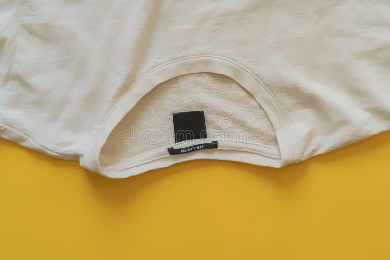 La vista superior del plano casual minimalista de la camiseta pone con el espacio f de la copia fotos de archivo libres de regalías