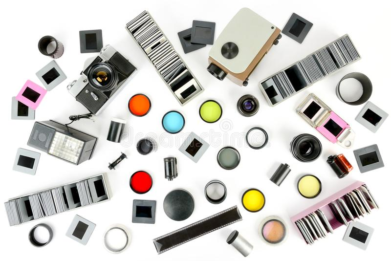 La vista superior del proyector retro de la cámara y de diapositiva con los accesorios es foto de archivo