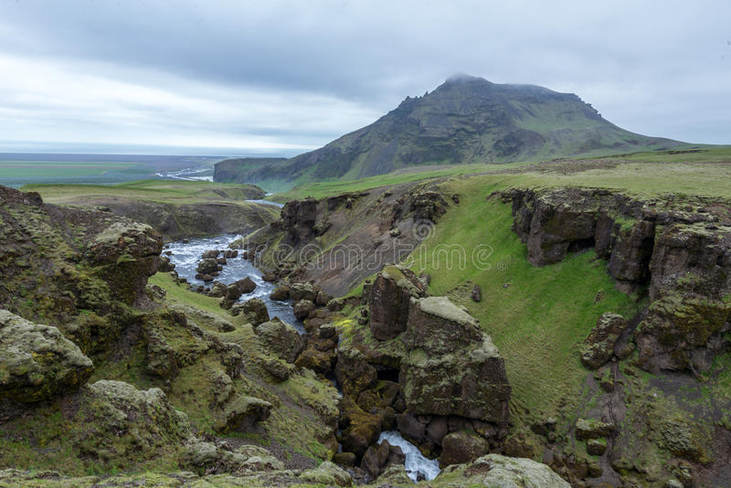 La vista superior del río lleva a la cascada famosa Skogafoss fotos de archivo
