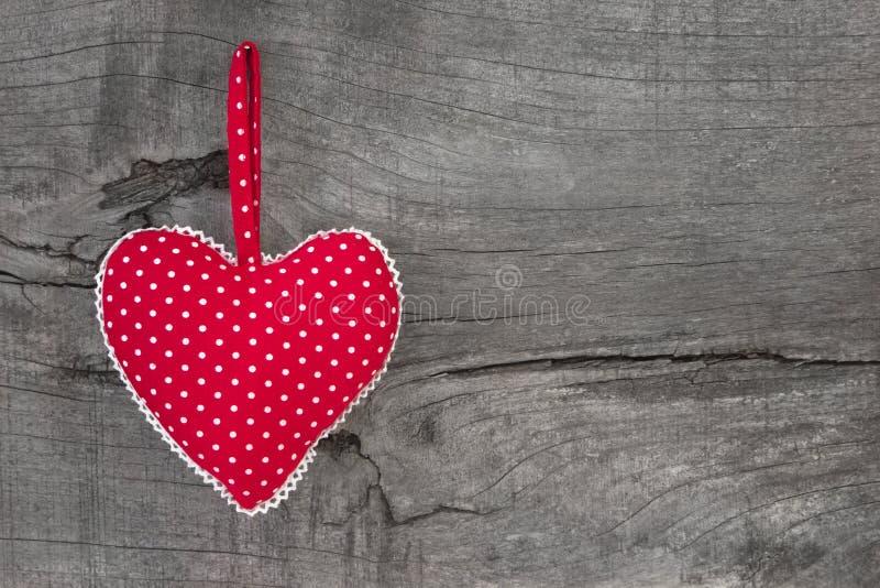 La vista superior del rojo punteó la decoración del corazón en el fondo de madera - c fotografía de archivo libre de regalías