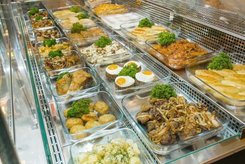 La vista superiore dei piatti Mediterranei deliziosi appeni preparato ha ordinato nel ristorante, buffet immagini stock libere da diritti