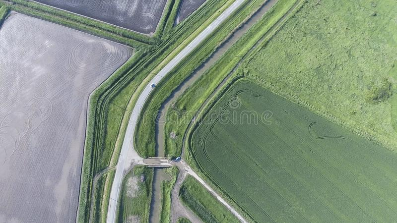La vista superiore del giacimento di grano e del campo arato sotto il fico Fucilazione da un fuco immagini stock
