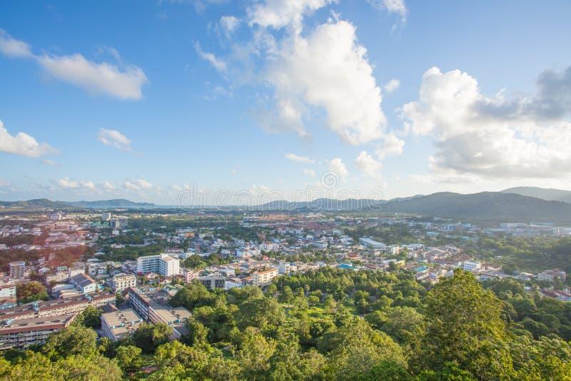 La vista superiore della città di Phuket da Khao ha suonato la collina fotografia stock libera da diritti