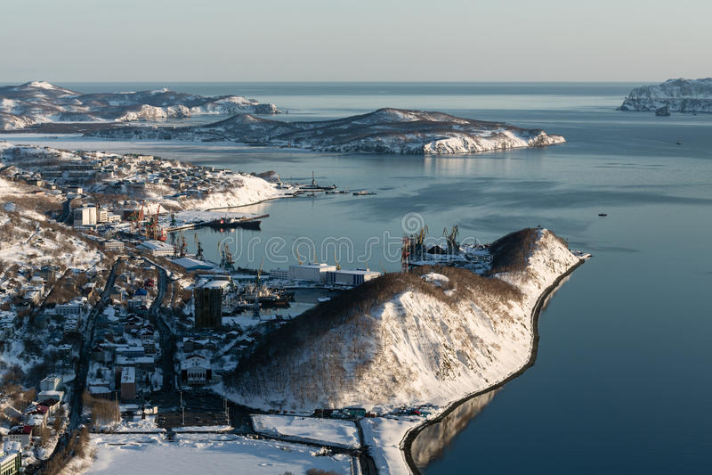 La vista superiore della città Petropavlovsk-Kamcatskij e Avacha abbaia fotografia stock libera da diritti