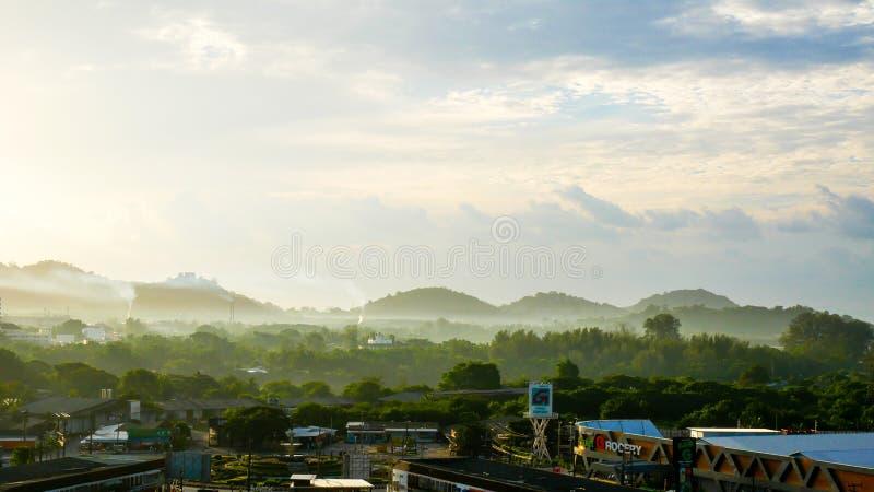 La vista superiore della citt? di Phuket di mattina, dell'aria fresca, della luce solare morbida, di bello cielo e delle valli ve fotografia stock libera da diritti