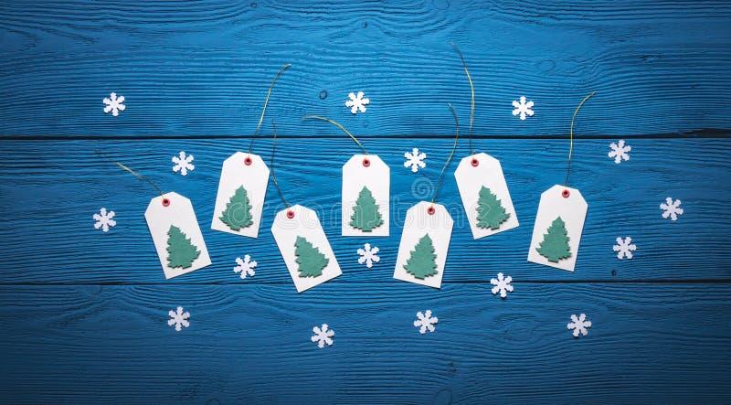 La vista superiore di carta in bianco etichetta con gli alberi di Natale fotografia stock