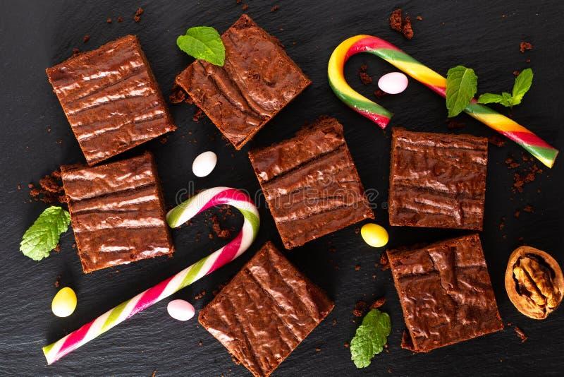 La vista superiore di concetto casalingo del forno dell'alimento dei brownie organici decora dalla caramella sul bordo nero dell' fotografie stock