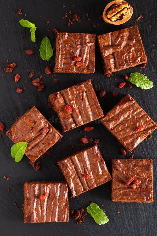 La vista superiore di concetto casalingo del forno dell'alimento dei brownie organici decora dalla caramella sul bordo nero dell' fotografia stock libera da diritti
