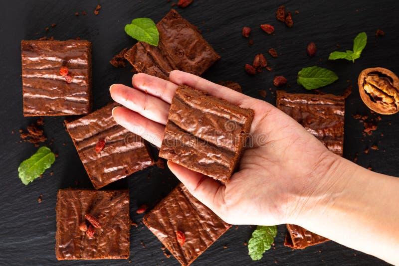 La vista superiore di concetto casalingo del forno dell'alimento dei brownie organici decora dalla caramella sul bordo nero dell' fotografia stock