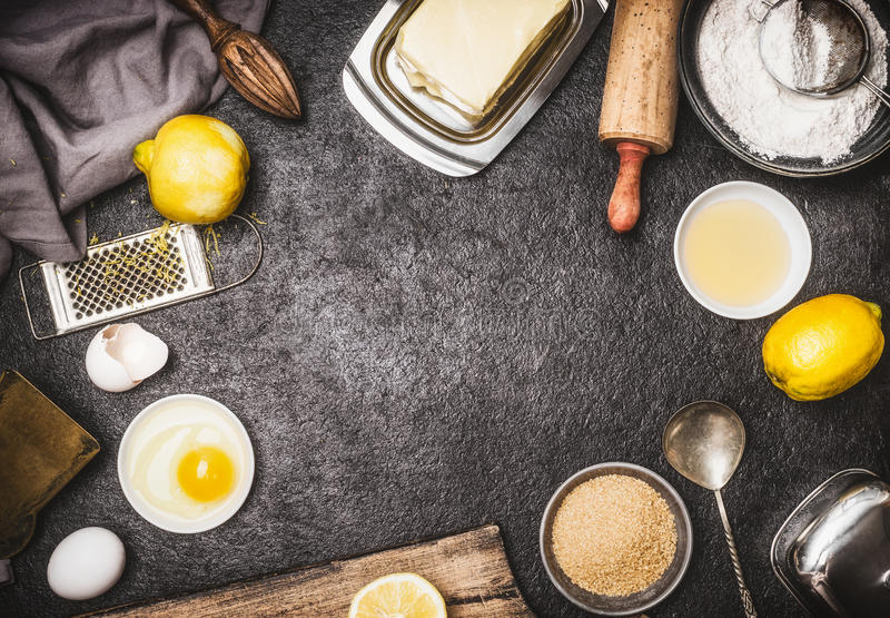 La vista superiore di cuoce la preparazione con gli strumenti e gli ingredienti della cucina per il dolce o i biscotti: limone, f fotografia stock libera da diritti