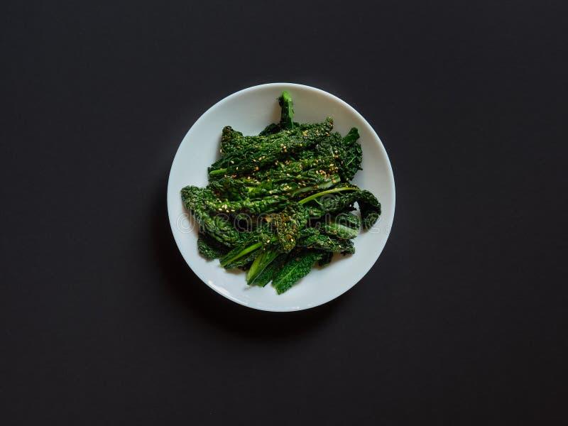 La vista superiore di un piatto di cavolo cucinato con i semi del seasame ed indispone fotografia stock