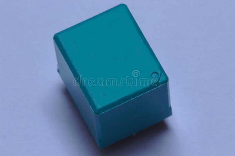 La vista superiore di un verde ha colorato il relè elettronico fotografia stock