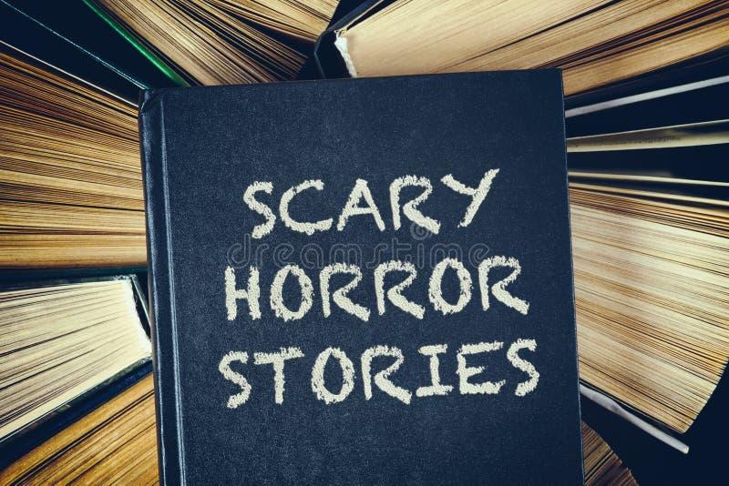 La vista superiore di vecchi libri dalla copertina rigida con le storie spaventose di orrore prenota la o immagine stock