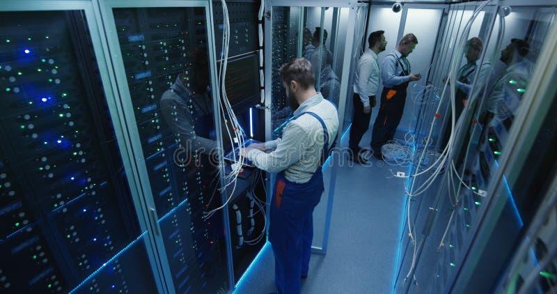 La vista superiore, la gente funziona nel centro dati nella stanza del server immagine stock libera da diritti