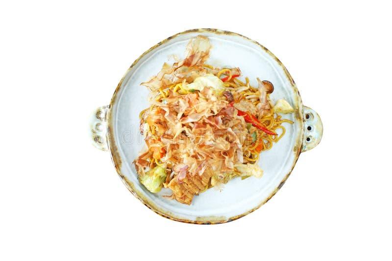 La vista superiore ha fritto le tagliatelle di soba di yaki con carne di maiale sul piatto isolato su fondo bianco fotografie stock