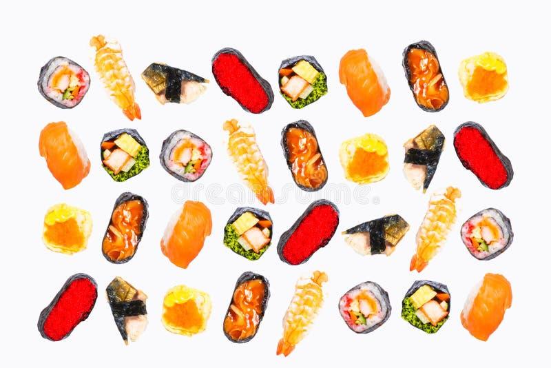 La vista superiore, il sashimi dei sushi ed i rotoli di sushi stabiliti hanno servito il fondo bianco isolato immagine stock