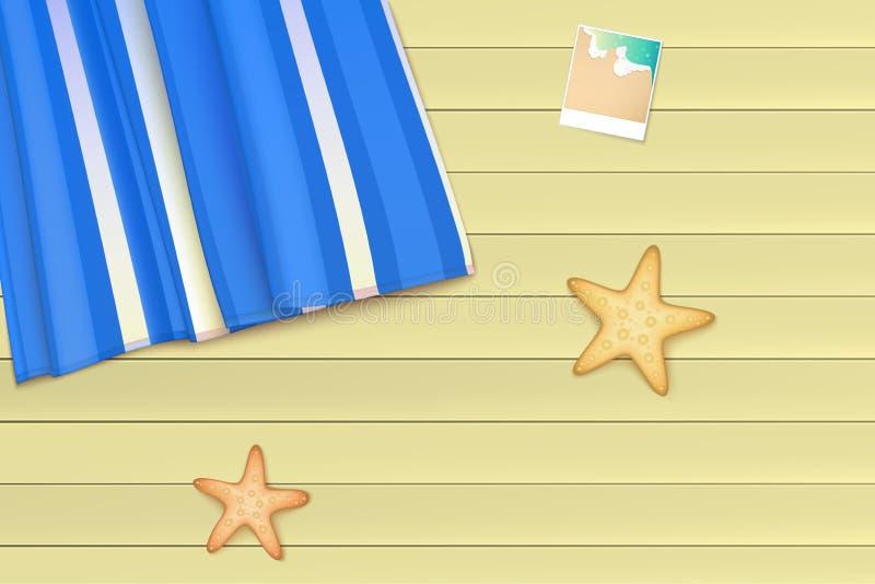 La vista superiore, l'asciugamano, stuoia della spiaggia si trova su un fondo di legno leggero vicino alle stelle marine ed alla  royalty illustrazione gratis