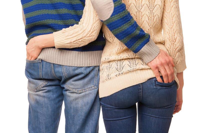 La vista trasera de pares jovenes abraza y mira fotos de archivo libres de regalías