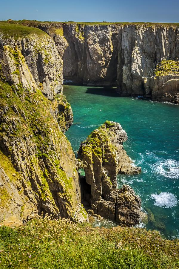 La vista in una baia sulla costa di Pembrokeshire, Galles immagine stock