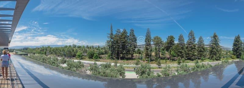 La vista unica di panorama del parco di Apple ed il suo rotolamento abbelliscono fotografia stock