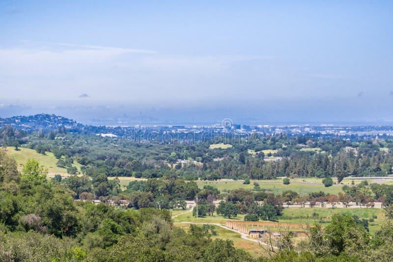 La vista verso distretto finanziario di Redwood City, San Francisco può essere vista attraverso la foschia nei precedenti, area d fotografia stock libera da diritti