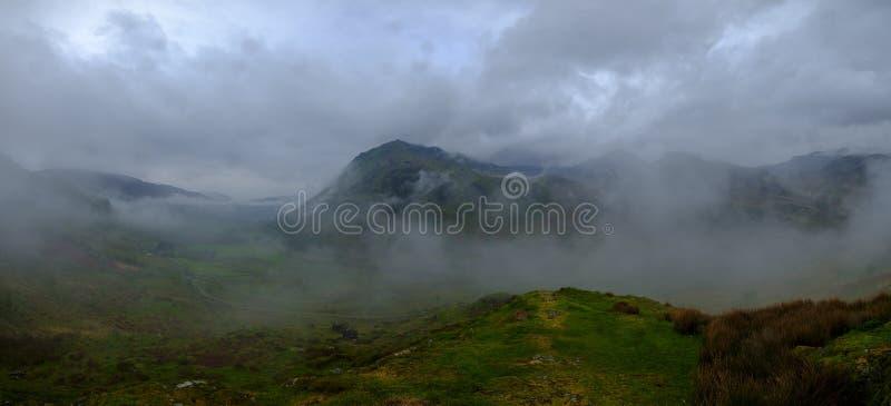 La vista verso Snowdon dal punto di vista sul A498 vicino a Nant Gwynant, Galles immagini stock libere da diritti