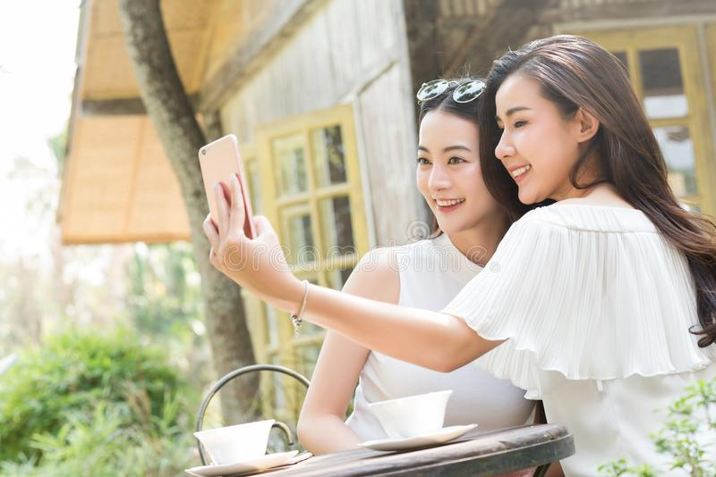 La vita degli adolescenti della generazione Y va in giro nell'uso della caffetteria astuto immagini stock libere da diritti