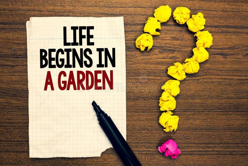 La vita del testo di scrittura di parola comincia in un giardino Il concetto di affari per l'agricoltura pianta la crescita amoro fotografia stock