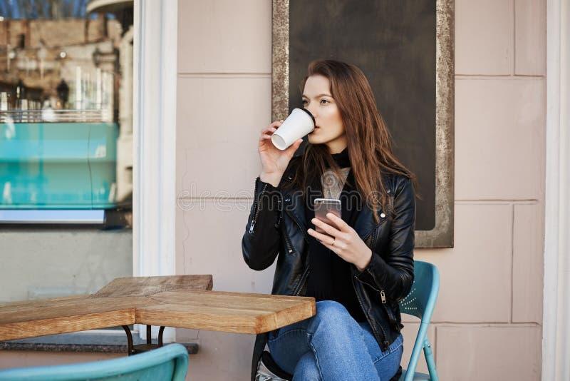 La vita di città selvaggia consuma i lotti di energia Turista femminile premuroso ed alla moda attraente, patio di seduta del caf fotografia stock