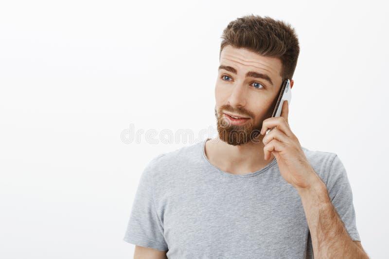 La vita-su ha sparato di bello uomo occupato ambizioso con la barba, i baffi e gli occhi azzurri sembranti serio e risoluto sinis fotografia stock