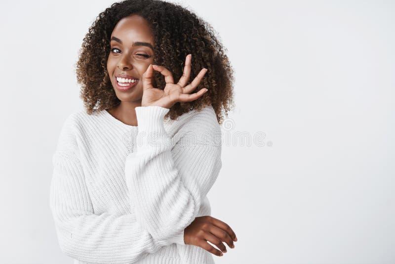La vita-su sparata bella della donna dalla carnagione scura rilassata e fredda in maglione caldo ha ottenuto la stagione invernal immagini stock libere da diritti
