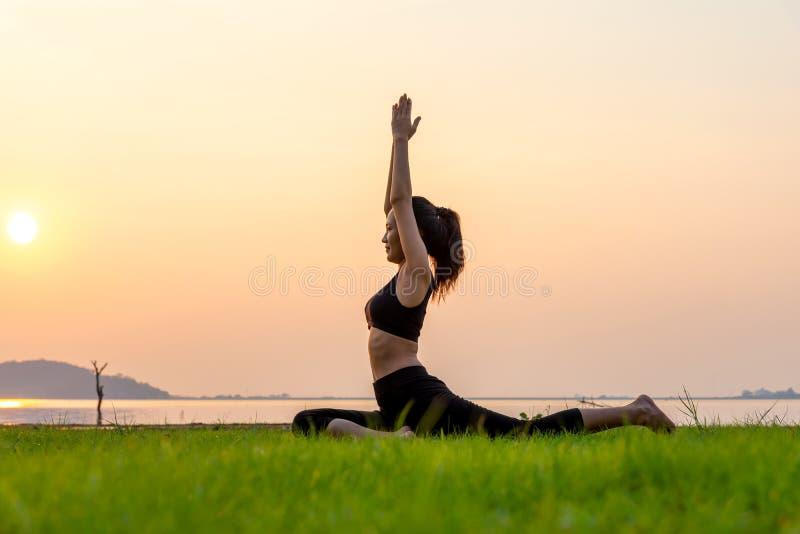 La vitalité de paix de femme d'esprit de mode de vie d'esprit de yoga de méditation dehors dans la nature, détendent le résumé es photos libres de droits