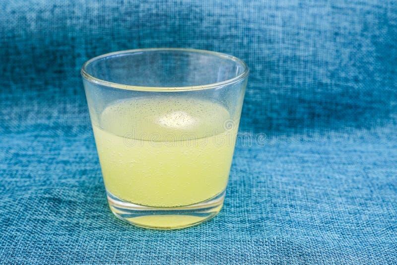 La vitamine C marque sur tablette les bulles effervescentes dans un verre de l'eau par la dissolution dans un verre de comprimé d photo stock