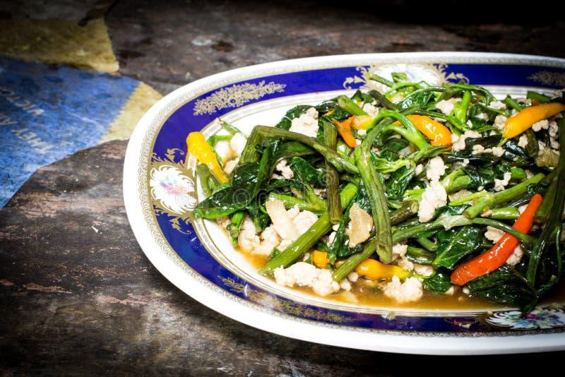 La vite di ipomea ha fritto in salsa dell'aglio, del peperoncino rosso e del fagiolo immagine stock libera da diritti