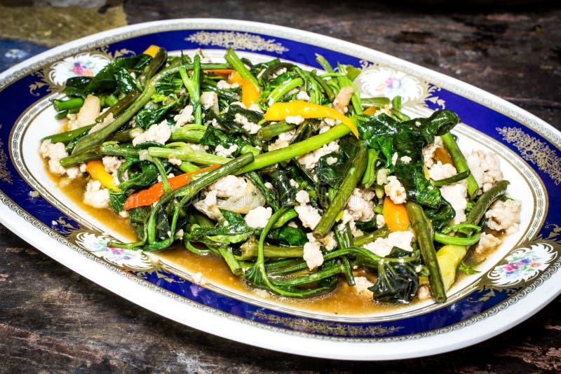 La vite di ipomea ha fritto in salsa dell'aglio, del peperoncino rosso e del fagiolo fotografia stock libera da diritti