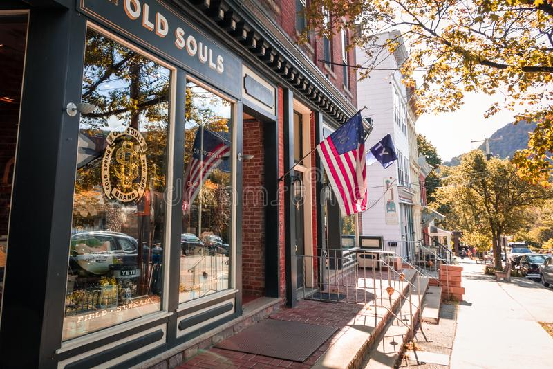 La vitrine Old Souls présente du matériel de plein air sur Main Street le jour de l'automne photographie stock libre de droits
