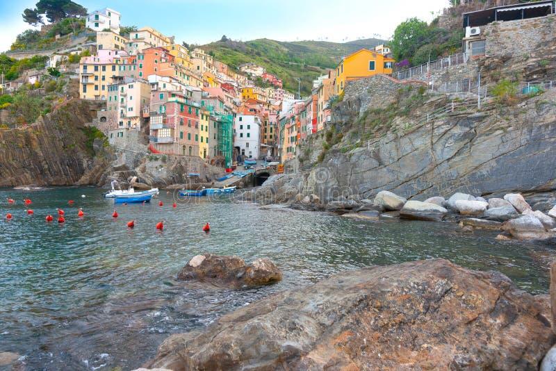 La vivienda tradicional del pueblo de playa de Riomaggiore aumentó ambo h imágenes de archivo libres de regalías