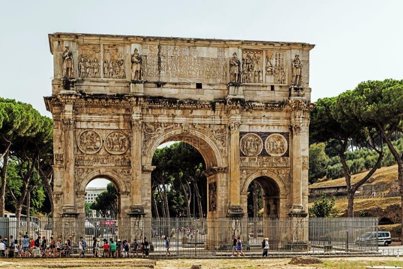 La voûte de Constantine tout près le Colosseum images stock