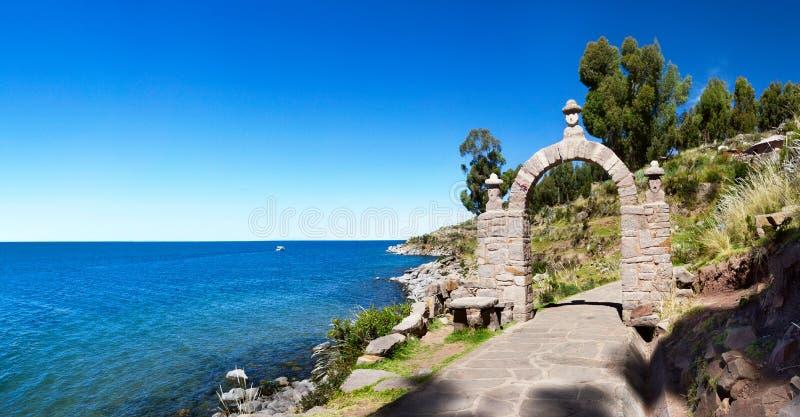 La voûte de pierre d'entrée en île de Taquile, Pérou du sud photo libre de droits