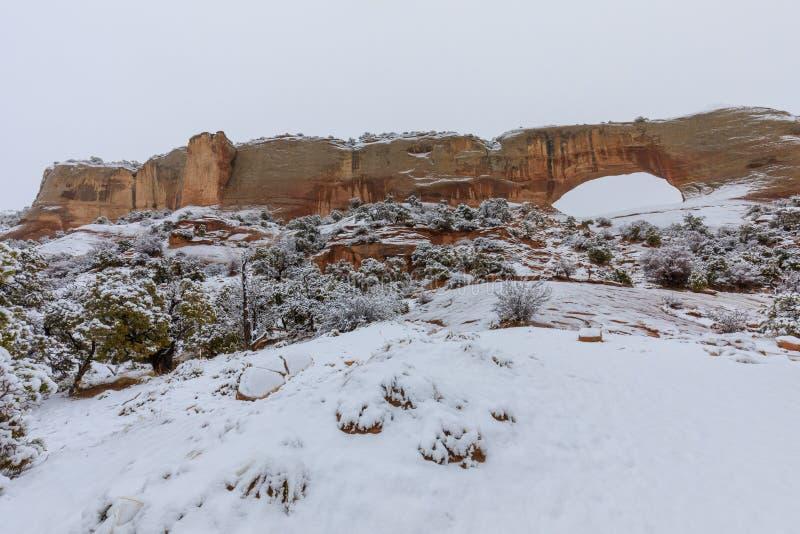 La voûte de Wilson scénique Moab Utah dans la neige photographie stock
