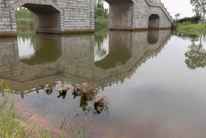 La voûte en pierre pont-Nan-Tchang aiment le parc de marécage de lac photos stock