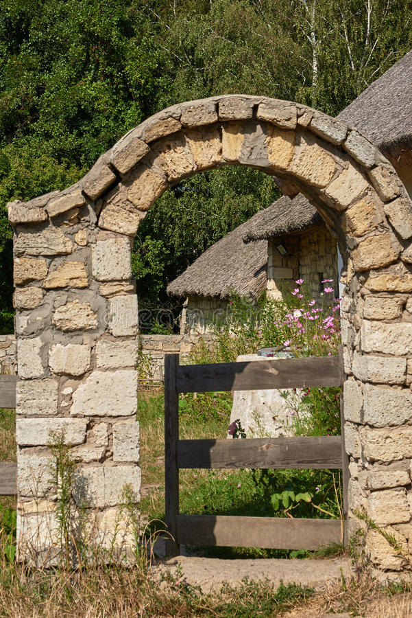 La voûte de la chaux et de la porte en bois photos libres de droits