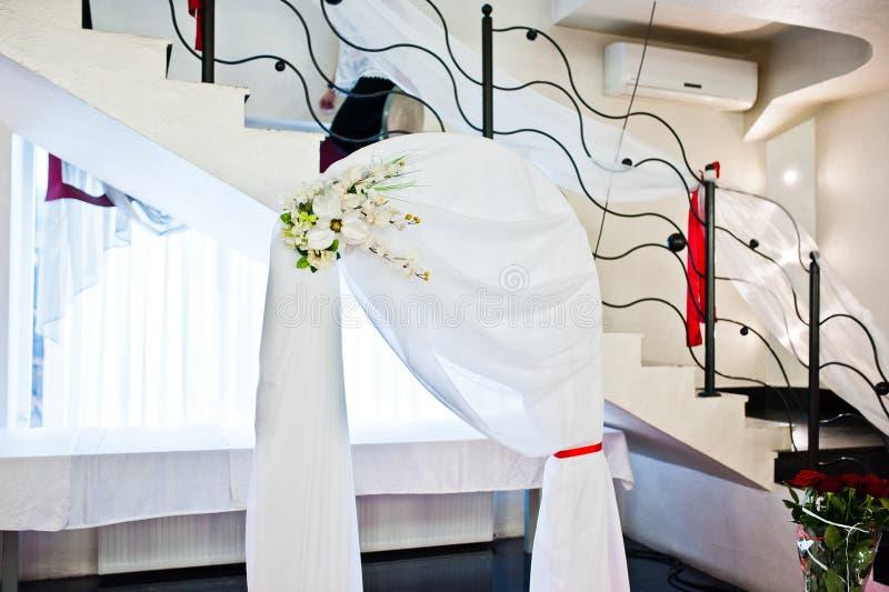 La voûte de mariage avec le décor fleurit le restaurant d'intérieur image libre de droits