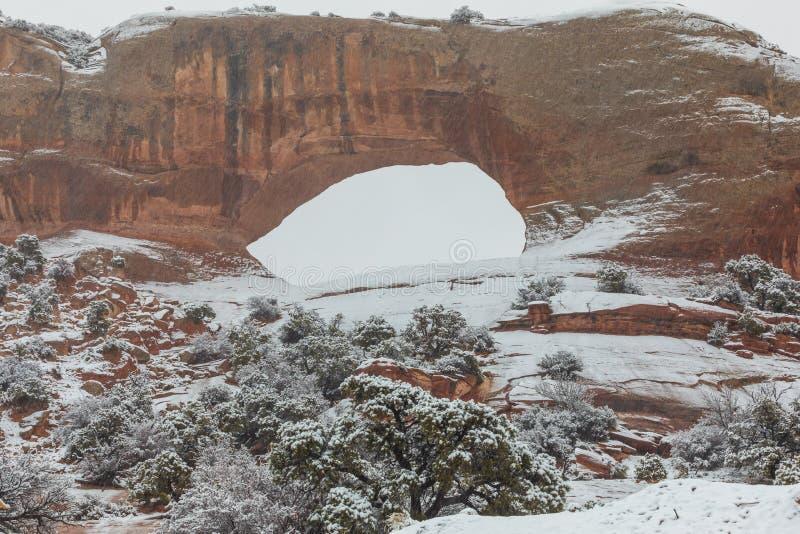 La vo?te de Wilson sc?nique Moab Utah dans la neige photo libre de droits