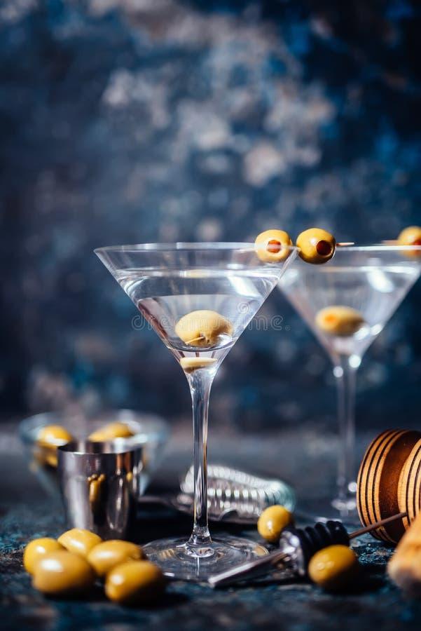 La vodka martini, cocktail tonique de genièvre a servi dans le restaurant, le bar et la barre Concept de cocktail de longues bois images stock